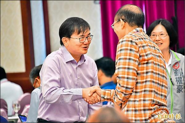 劉櫂豪(左)向國中小家長會長致意,希望攜手打拚台東教育。(記者張存薇攝)