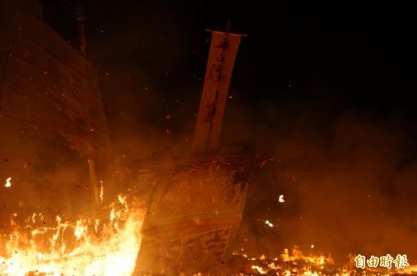 東港迎王送王燒王船,現場場面壯觀。(記者陳彥廷攝)