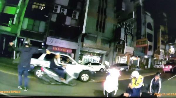 台南一名張姓毒品通緝犯昨晚見警巡邏,心虛想烙跑,不過逃50公尺就被警民合力逮捕。(記者萬于甄翻攝)