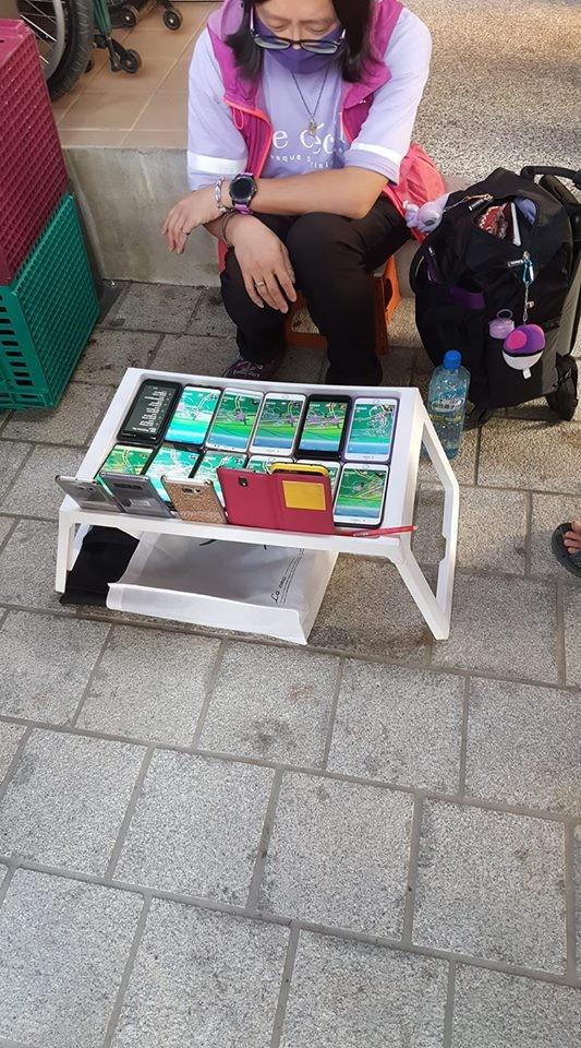 今日有網友發現比「寶可夢阿伯」更狂的抓寶玩家,一次出動17次手機抓寶。(翻攝自蔡姓網友臉書)