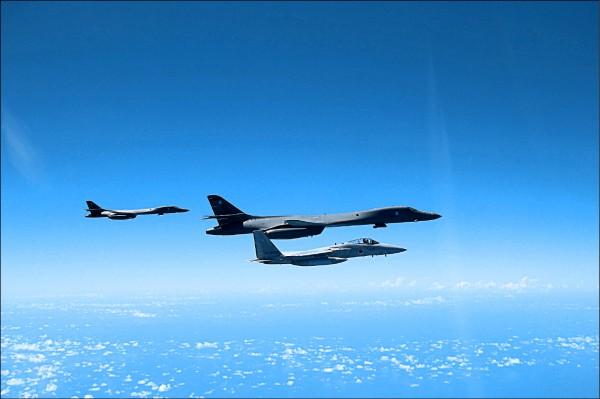 兩架部署在關島的美國空軍B-1B槍騎兵戰略轟炸機(左、中),去年八月與日本航空自衛隊F-15戰機(右)在釣魚台附近空域共同執行任務。(歐新社檔案照)