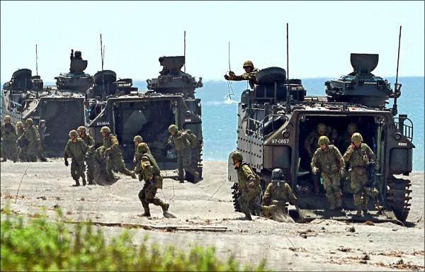 日本陸上自衛隊十月間在菲律賓三描禮士省(Zambales)的聖安東尼奧(San Antonio),與美國和菲律賓部隊舉行聯合登陸作戰演習。(法新社檔案照)