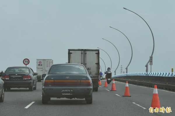 高屏大橋因為施工及機車道太窄,對騎士行駛相當危險。(記者葉永騫攝)