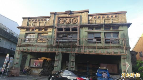 「原電姬館」歷史建築登錄範圍包括沿街立面及其不可分割之構造(即騎樓及其內一跨進深)。(記者劉婉君攝)