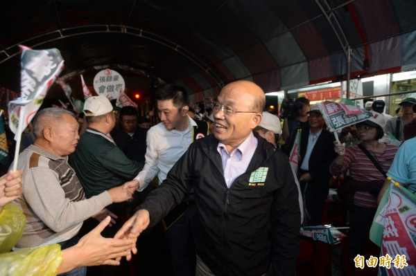 民進黨新北市長候選人蘇貞昌晚間到汐止,受到支持者熱烈歡迎。(記者俞肇福攝)