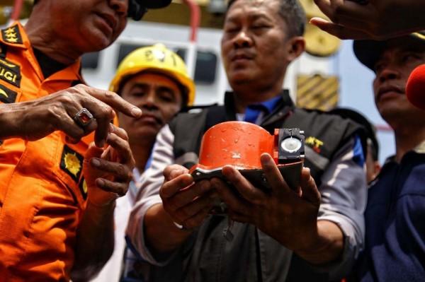 印尼獅航空難墜毀在爪哇島外海,其中一具記錄飛行資料的黑盒子FDR從30公尺深的海底打撈出水。(法新社)