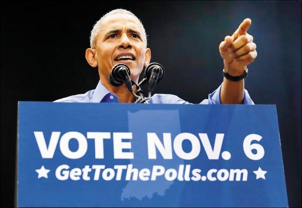 美國六日舉行期中選舉,前總統歐巴馬四日在印地安納州為民主黨候選人輔選。(美聯社)