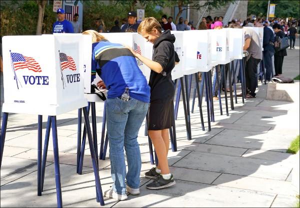 美國加州卡爾弗城(Culver City)的西洛杉磯學院(West Los Angeles College),四日設置提前投票站,民眾大排長龍投票。(歐新社)