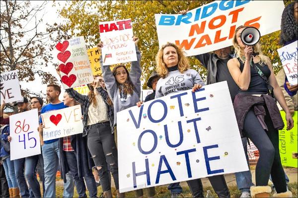 反川普人士於共和黨造勢活動會場外集結抗議。(法新社)