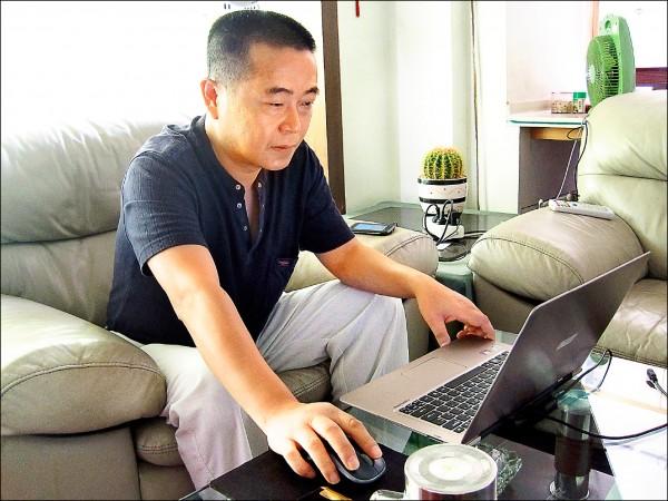 中國頭號「網路異議人士」黃琦二○一六年十一月第三度因維權被捕,迄今遭拘押近兩年。圖為黃琦一二年九月攝於成都家中。(美聯社檔案照)