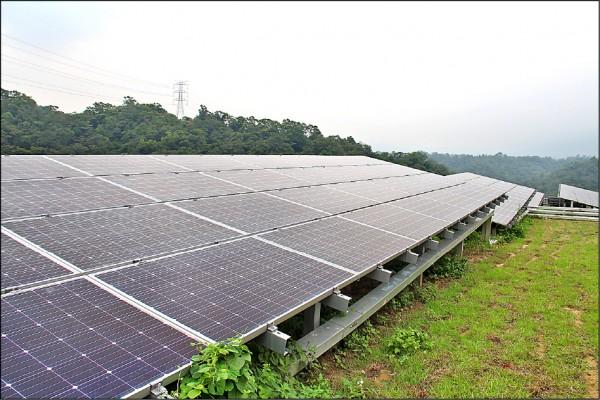 太陽光電系統公會等業者昨澄清太陽能板沒有塗料,也只需以清水清洗,「全球沒傳出任何模組致毒的情況」。(資料照)