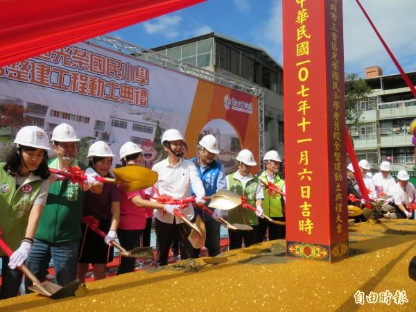 新北市長朱立倫主持光榮國小老舊校舍整建工程動土奠基典禮。(記者陳心瑜攝)