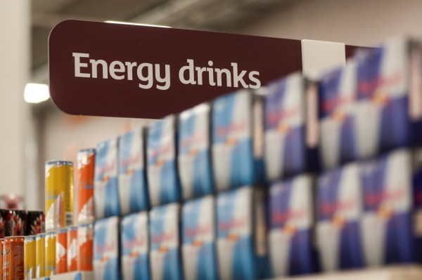 美國有將近1/3的青少年經常飲用能量飲料,然而近日一項最新研究發現,喝太多能量飲料可能會縮小人的血管、損傷肝,帶來不少危害。(路透)
