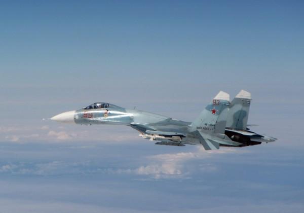 美國國防部指出,一架俄羅斯SU-27戰機5日在黑海上空攔截一架美國EP-3偵察機,戰機距離近到連偵察機機組人員都能感受到氣流震動。圖為俄羅斯SU-27戰機。(歐新社)