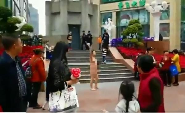 中國重慶街頭出現裸女,高喊「打倒共產黨、反對社會主張、還我公道、習近平滾下台!」(圖擷自@lifang072推特)
