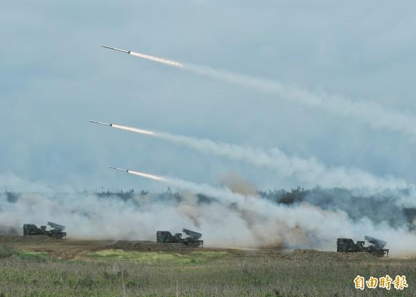 傳國軍以「雷昇專案」研製射程100公里遠程火箭系統,使得陸軍雷霆2000多箭火箭系統加強遠程打擊能力。(資料照)