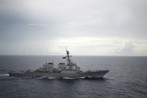 美國飛彈驅逐艦「迪凱特號」日前在南海航行時遭中艦危險進逼,還首次收到「後果自負」的威脅字眼。(美聯社)