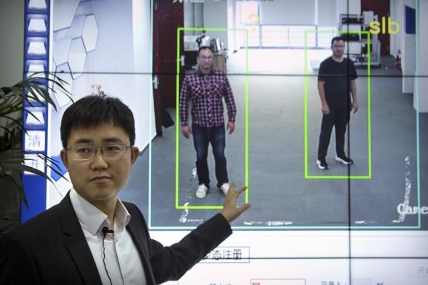 中國北京銀河水滴科技公司研發出的「步態識別」系統,目前架設在北京、上海的街道上,銀河水滴的執行長黃永禎說,這個系統最大的特點是可以遠距離運作。(美聯社)
