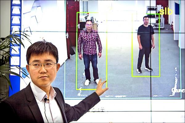 中國「銀河水滴科技」創辦人兼執行長黃永禎,上月卅一日在北京展示其「步態識別」軟體。(美聯社檔案照)