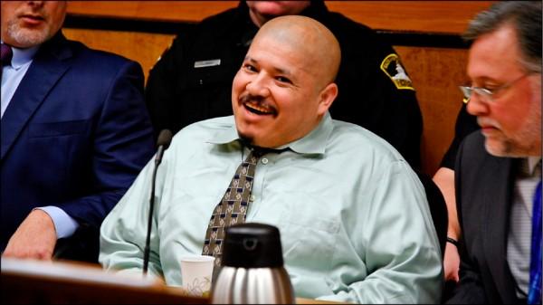 川普競選陣營推出的廣告中,使用殺警凶嫌、墨西哥非法移民布拉卡蒙特斯(中)在法庭上咧嘴笑的畫面。(美聯社檔案照)