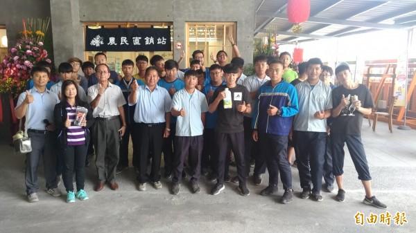 虎尾農工學生參觀虎尾農會農民直銷站。(記者廖淑玲攝)