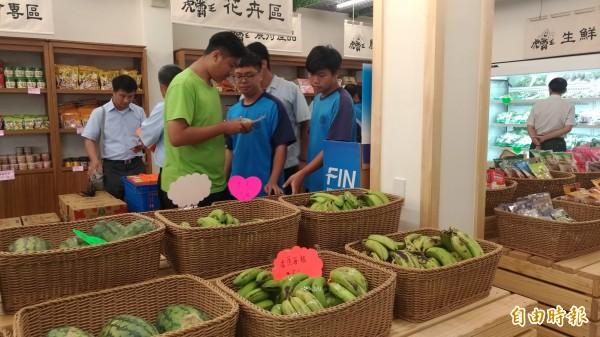 虎尾農工學生參觀農民直銷站,了解農民直接定價銷售的方式。(記者廖淑玲攝)