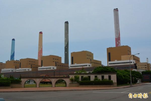 環保署今天預告「溫室氣體排放源最佳可行技術」草案,明定7大業者應採行之最佳可行技術規範,降低溫室氣體排放。示意圖,圖為台中火力發電廠。(資料照)