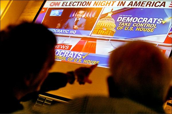 香港外國記者會大銀幕轉播美國期中選舉結果,吸引民眾觀看。(歐新社)