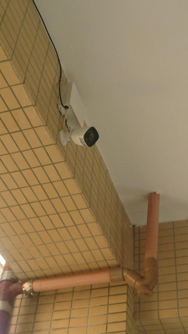 帶學生訪鄭南榕館,考績被打乙等,新北市鷺江國小校方再於老師劉芳君的教室外新裝監視器,引發有監控老師的質疑。(圖由劉芳君老師提供)