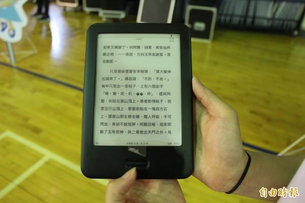 每台電子書閱讀器都已預先裝載100本,適合低、中、高年級學童閱讀的書籍。(記者張聰秋攝)