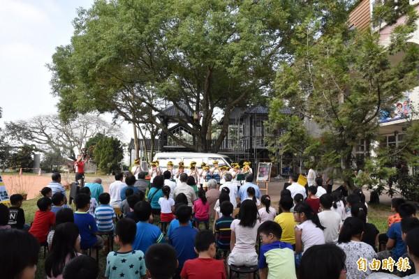 贈車儀式在學校大樹下舉行,場面溫馨。(記者黃淑莉攝)