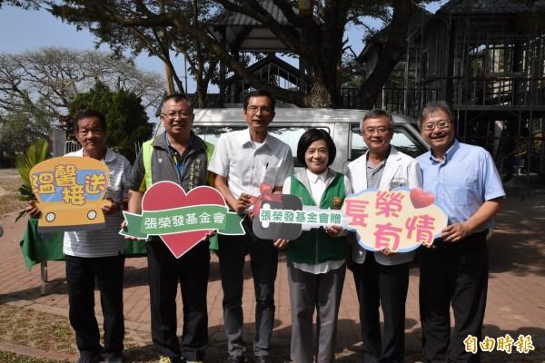 張榮發基金會執行長鍾德美把醫療專車鑰匙交給華南國小及社區代表。(記者黃淑莉攝)