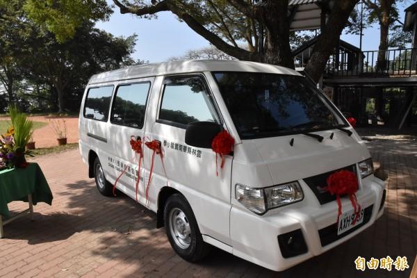 張榮發基金會捐贈華南社區醫療站全新醫療專車。(記者黃淑莉攝)