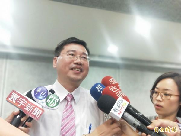 新北市選舉委員會副總幹事黃堯章說明市長公辦辯論會將辦理的情形。(記者何玉華攝)