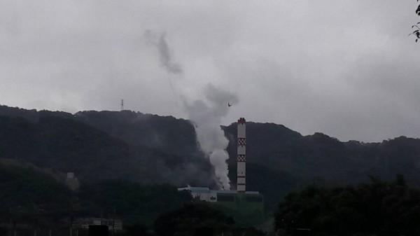 民眾拍下影片,樹林區焚化廠煙囪從沒有冒煙,都是從一旁的鐵皮屋上升。(民眾提供)