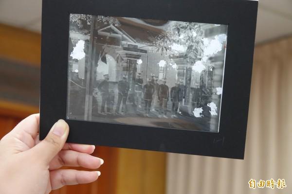 鹿港鎮公所珍藏一批日治時代的玻璃底片,這張底片拍攝的是鹿港警察官吏派出所。(記者劉曉欣攝)