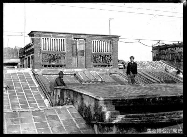 鹿港不見天街「街路亭」屋頂,有平頂或斜面屋頂作法,屋頂上方鋪設正方形尺磚,此棟街屋立面為鹿港民俗文物館臨不見天街的房屋,立面有紅磚壽字磚砌,前方站立者為鹿港街長吉田秀治郎。(鹿港鎮公所提供)