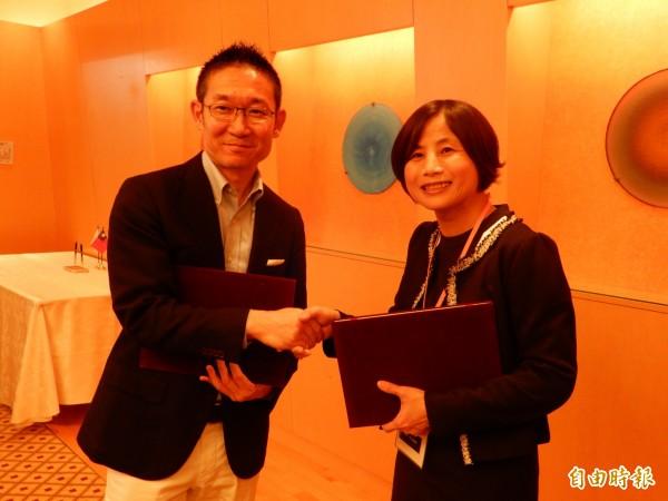 哈瑪星科技副總經理韓怡真與MARS FLAG董事武井雄二郎簽署合作備忘錄。(記者林翠儀攝)