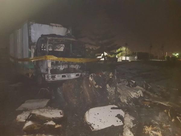 鹿港暗夜傳出火災,資源回收場起火延燒到大貨車的車頭。(記者劉曉欣翻攝)