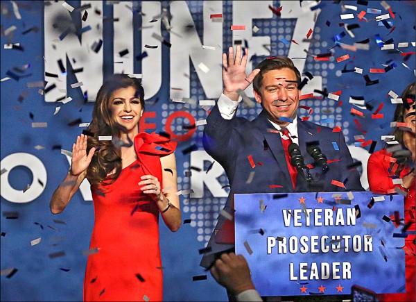 佛州州長當選人迪尚特(右)六日和妻子一起向支持群眾揮手致意。(美聯社)