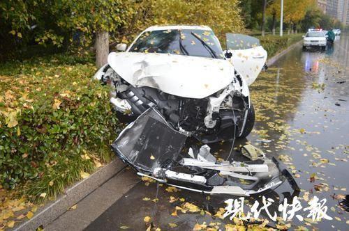 中國瑪莎拉蒂男駕駛,日前開車上路時,見到街上滿滿的「普通車輛」,突然想要展示名車效能「炫富」一下,結果油門一催車子竟然失控打滑,直接撞上路旁的路樹,瑪莎拉蒂當場撞毀。(圖擷取自《現代快報》)