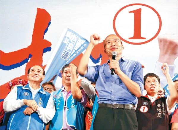 國民黨高雄市長候選人韓國瑜昨晚在美濃高美醫專舉行造勢晚會,前立法院長王金平(左)也上台講話,被群眾用汽笛聲干擾,場面一度尷尬。(中央社)