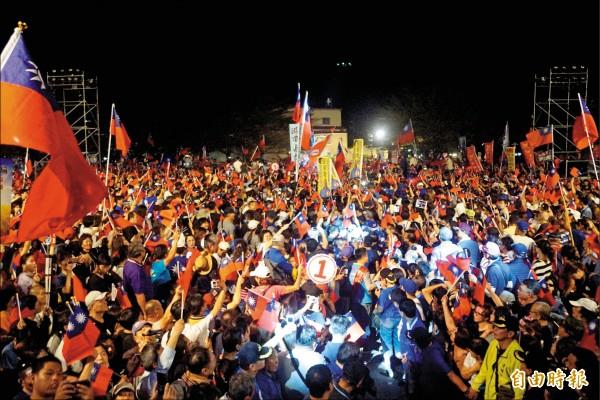 國民黨高雄市長候選人韓國瑜昨晚在美濃高美醫專舉行造勢晚會。(記者黃佳琳攝)