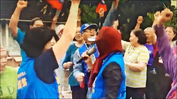 國民黨台東縣長候選人饒慶鈴(左)到部落拜票,原住民手舞足蹈歡迎。 (記者黃明堂翻攝)
