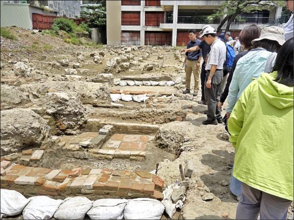 台南考古中心人員自使用磚材、出土文物等判讀,確認屬清代乾隆年間產物。(文化資產管理處提供)