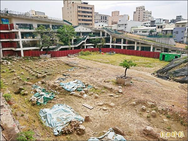 永福國小校舍工程發現疑似清代「台灣兵備道官署」遺構,工程面臨挑戰。(記者洪瑞琴攝)