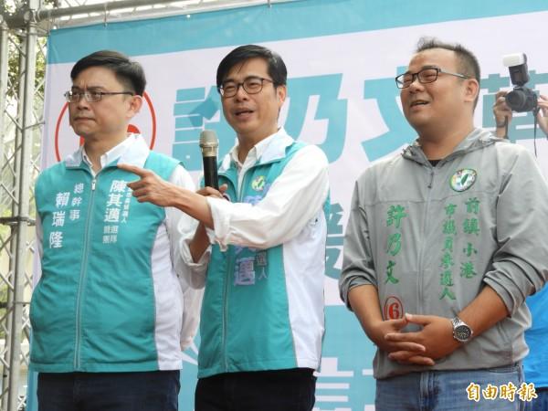 陳其邁(中)出席市議員候選人許乃文(右)的草衙漁會後援會成立典禮。(記者葛祐豪攝)