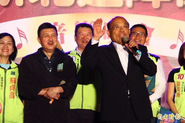 民進黨新北市黨部主委余天(左)找來家人助陣,讓蘇貞昌(右)相當感謝。(記者邱書昱攝)