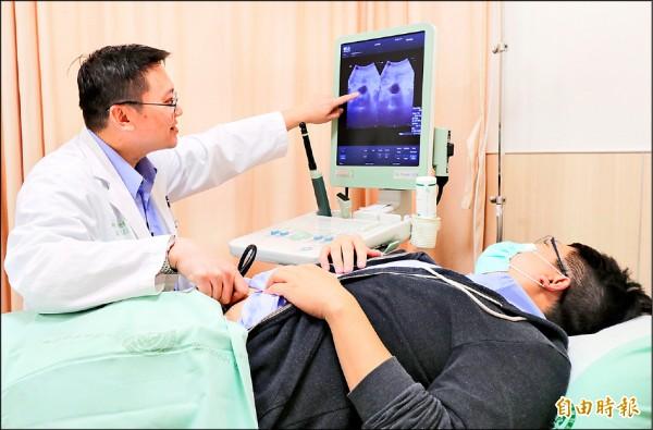 ▲石欣衛醫師(左)替患者掃膀胱超音波,提醒多喝水、多吃蔬果、少憋尿,可預防膀胱癌上身。(記者陳建志攝)