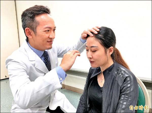 ▲醫師林志豪為鍾婦注射肉毒桿菌治療偏頭痛。(記者蔡淑媛攝)
